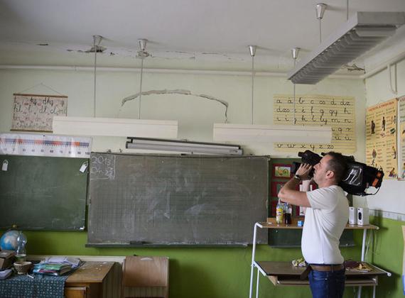 Egy iskola épülete is megrongálódott.