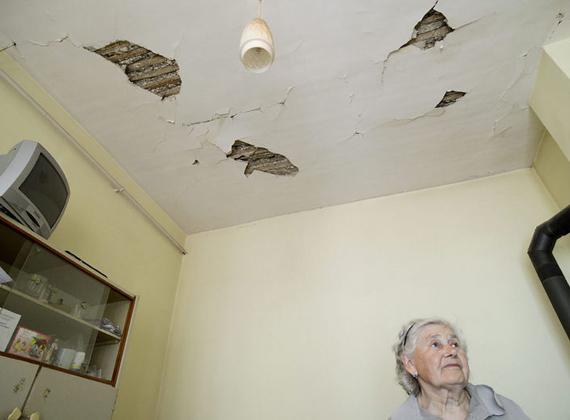 Több épületen repedések jelentek meg, sok házban kilyukadt a plafon is.