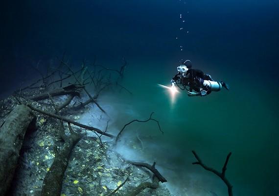 Az esővíz és a tengervíz közé vékonykénhidrogénréteg szorult.