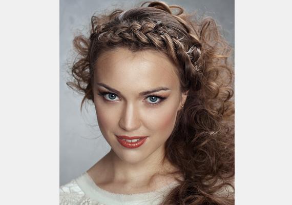 Göndör hajban is remekül mutat a fonás, sőt, még romantikusabb, mint egyenesben.