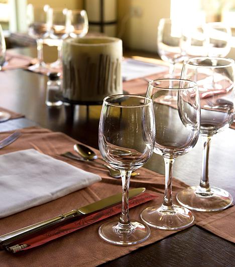ÉtterembenAz étteremben azt is tudnod kell, mikor és mit fogyaszthatsz. Az üdítőitalokat és az aperitifeket akkor érdemes kérni, amikor a pincér kihozza az étlapot. Utóbbi klasszikus értelemben lehet egy pohár száraz fehérbor, egy Unicum, esetleg egy pálinka, száraz vermut, valamilyen koktél vagy egy pohár száraz sherry.Kapcsolódó cikk:4 fontos illemszabály, ha étteremben eszel »
