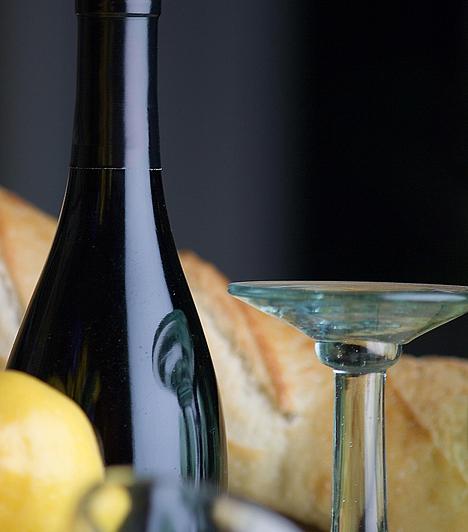 BorfogyasztásA palackozott bort az asztalnál bontják ki, és annak kell megkóstolnia, aki megrendelte. Ha az étteremben bortudor pincér nyitja az italt, akkor ne lepődj meg, ha egy kis tányéron a parafadugót odaadja a párodnak, mert ezt bizony meg kell szagolnia.