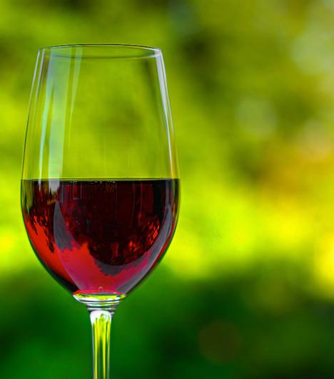 BorfogyasztásEzután tölt egy keveset egy pohárba: a korty bort úgy kell megkóstolni, hogy a poharat a száránál megfogva oldalról meg kell nézni a nedű színét, meglötyögtetni és beleszagolni. Ezután lehet belekortyolni. A pincér csak azután tölt neked, ha az, aki megrendelte a bort, rábólintott, hogy jó az ital.