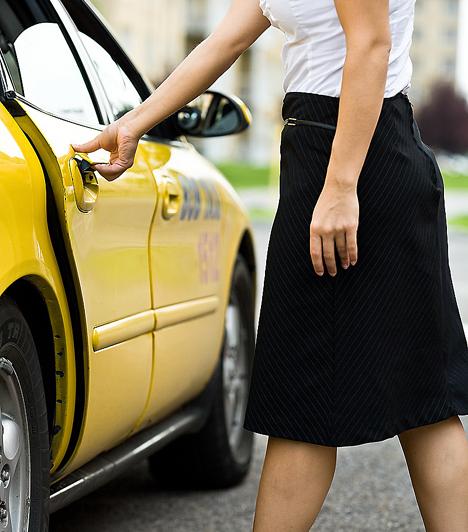 TaxibanA taxiban nem illik úgy viselkedni sem egyedül, sem kettesben, mintha a sofőr ott sem lenne - hiszen ott van. A dezodorálást még otthon végezd el, és a pároddal történő turbékolással se hozd kellemetlen helyzetbe a sofőrt.Kapcsolódó cikk:5 illemszabály, amit tarts be, ha közlekedsz »