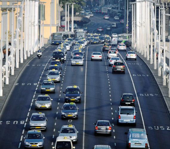 Taxisok az Erzsébet hídon.