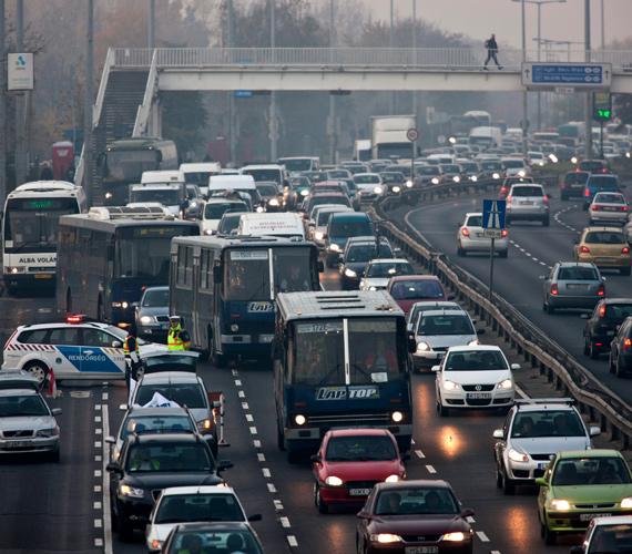 Torlódik a forgalom a Budaörsi úton pénteken. Országszerte mintegy száz, a fővárosban 12 helyen tartott pénteken félpályás útlezáró demonstrációt a LIGA szakszervezeti szövetség.