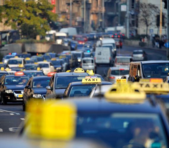 Így demontráltak a taxisok. A kocsik lépésben haladva, dudálva vonultak végig a belvárost átszelő utakon. A taxikra a létszámstop és a fix tarifa feliratokat ragasztották.