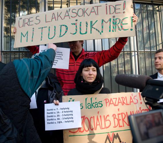 A Város Mindenkié Csoport demonstrál a Józsefvárosi Önkormányzat épülete előtt.