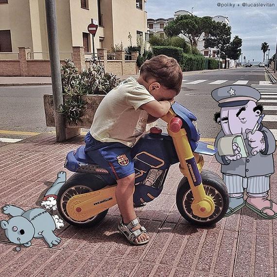 Miután a rajzművész kezébe került a fotója, a biciklin duzzogó kisfiúnak máris van miért szomorkodnia. A hihetetlenül kreatív ötletek pedig szinte kifogyhatatlanok.