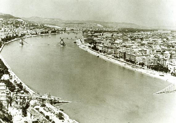 Szívbemarkoló látvány: a Duna leszakadt hídjai.