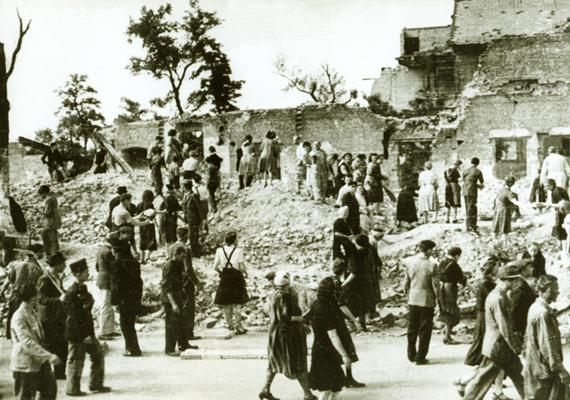 Valahol a fővárosban: romok és emberek.