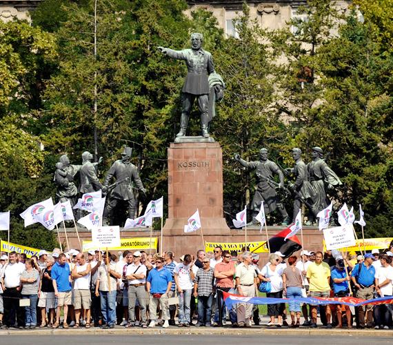 A kormány elmúlt egy évben hozott, a munkavállalókat érintő intézkedései és a készülő új Munka Törvénykönyve ellen tiltakoztak.