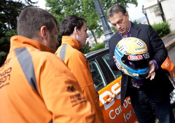 Ha már sport, íme egy kép a Michelisz Norbert autóversenyzővel történt találkozásáról, amire az Országgyűlés parkolójában került sor.