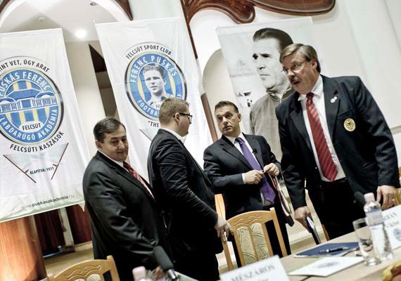 A miniszterelnök nemcsak Dzsudzsákot kedveli, fotósorozatot posztolt a Puskás-hagyatékról szóló Napló-forgatásról is. A kép a Puskás Ferenc Labdarúgó Akadémián készült.