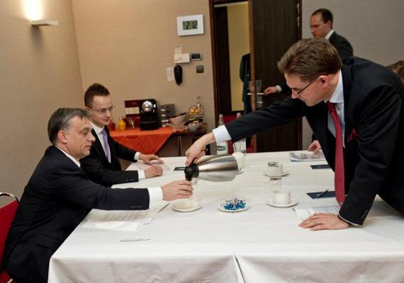 Takarékoskodás magyar módra, potyakávé a finn miniszterelnöktől - mutatja be Facebook-profilján ezt a képet Orbán Viktor.
