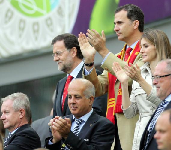 A spanyol miniszterelnök - szemüvegben -, Fülöp herceg és felesége a spanyol-olasz meccsen.