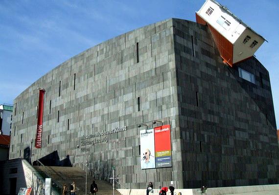A képen a bécsi Modern Művészetek Múzeuma látható - a feje tetején álló építmény a House Attack, vagyis Háztámadás projektnek köszönhetően került oda.