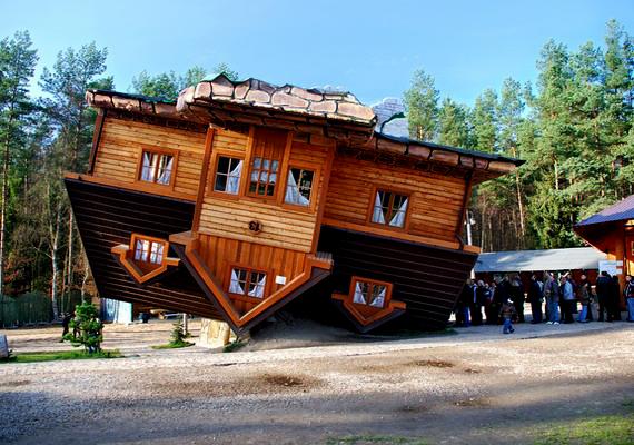 A feje tetején álló ház egy lengyel üzletember műve, mely a lengyelországi Szymbarkban található. Hatalmas látogatottságnak örvend.