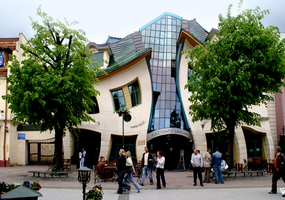 Lengyelországban bőven akadhatnak kedvükre való alkotásokra a kortárs építészet rajongói: a Krzywy Domek, vagyis Görbe ház nevű bevásárlóközpont is itt épült.