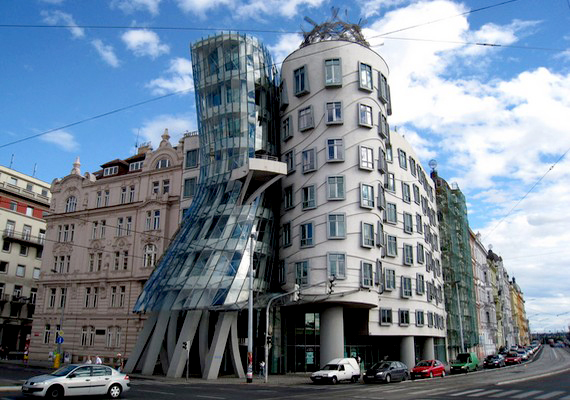 Szintén tőlünk nem túl messze épült a Táncoló ház: ez egy biztosítótársaság prágai székháza.