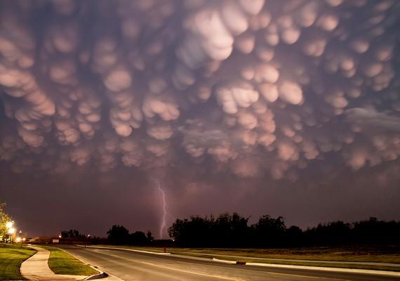 A Mammatus felhő kis dudorokból áll - mintha földönkívüliek borítanák az eget.