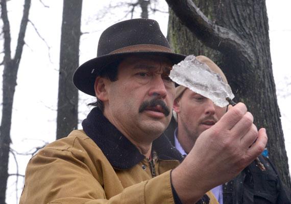 Áder János megtekint egy darab jeget a Pilisben. A köztársasági elnök az után látogatott el az erdőbe, hogy a december eleji ónos eső miatt sok fa kipusztult a környéken.