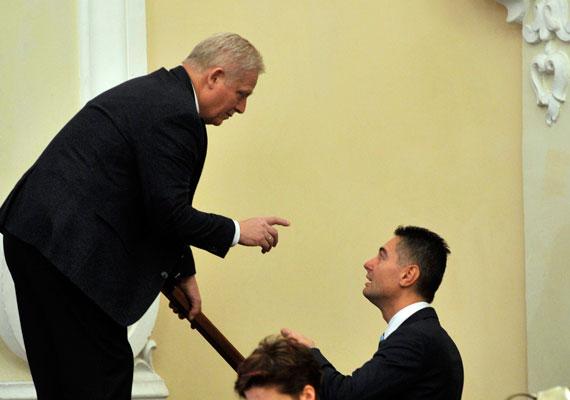 A fideszes Tarlós István és a szocialista Horváth Csaba furcsa helyzetben beszélgetnek a fővárosi közgyűlésben. Egy kép, ami talán a fotós szándéka ellenére, mégis sok mindent elárul a belpolitikai helyzetről.