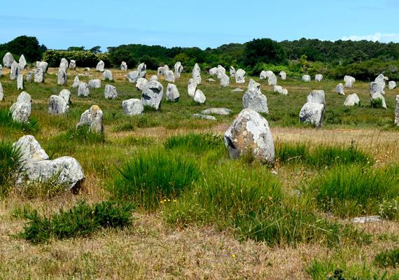 Nem Stonehenge az egyetlen rejtélyes kőemlékmű: a carnaci kősorok eredete is vitatott.