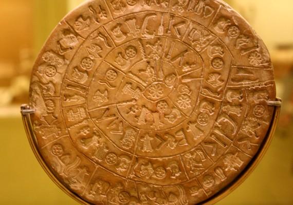 A phaisztoszi korong esetében még a keletkezés dátumát sem tudták pontosan belőni. A furcsa agyagtárgyon olyan jelek láthatók, amelyek nem egyeznek más, a történelemben előforduló jelekkel.