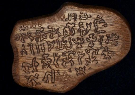 Hasonló megfejthetetlen képírás arongo-rongo, amelyet a Húsvét-szigeteken fedeztek fel, pedig a közelben nincs olyan nép, amelyik írásos nyelvvel rendelkezett volna.