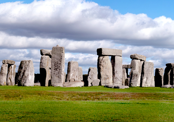 Minden rejtélyes lelet közül a leghíresebb az angliai Stonehenge. A hatalmas kőépítmény keletkezését homály fedi: egyesek földönkívüliek beavatkozására tippelnek.