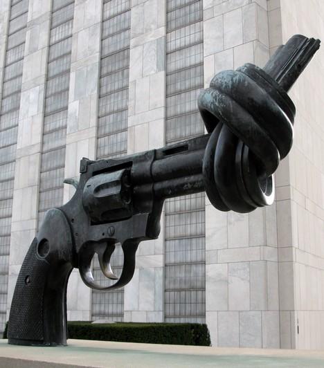 Csomóra kötött pisztolyA pisztoly, melynek a végén csomó van, az erőszakellenes nézetekez szimbolizálja. Több országban is megtalálható belőle egy-egy példány, például Svédországban vagy Amerikában.Kapcsolódó cikk:Furcsa épületek a nagyvilágból »