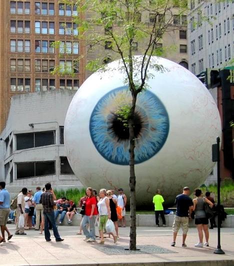 Óriás szemgolyóA 30 láb magas, vagyis nagyjából 10 méteres szemgolyó egy chicagói művész készítette, az anyaga túlnyomórészt üvegszál. A szobor talán túlságosan is élethűre sikerült, és az alkotójának sok negatív kritikát kellett bezsebelnie.