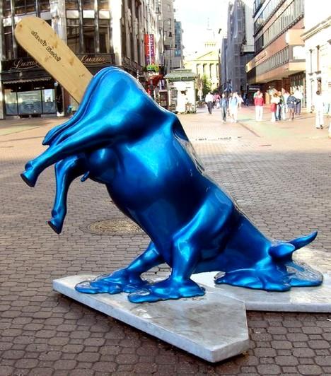 Kék tehén  Az olvadó tehén egy budapesten is megtalálható szobor, és aBazilika előtti Szent István tér után a Vörösmarty téren kapott helyet. A megálmodói semmi különöset nem akartak üzenni az alkotással, mindössze valami egyedit és feltűnőt szerettek volna létrehozni.