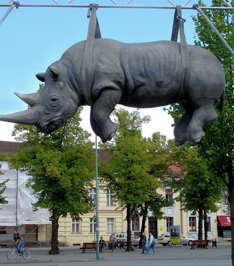 OrrszarvúA lógó orrszarvú szobor az olasz Stefano Bombardieri alkotása. A művésznek több munkája is készült ebben a témában, és a világ számos pontján találni olyan orrszarvú-szobrokat, amelyek furcsa pozitúrákban ábrázolják az állatot.Kapcsolódó cikk:Elképesztő állatfotók »