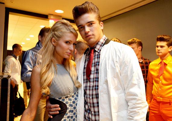 Paris Hilton egy modellel, River Viiperivel randizik, aki tíz évvel fiatalabb nála.