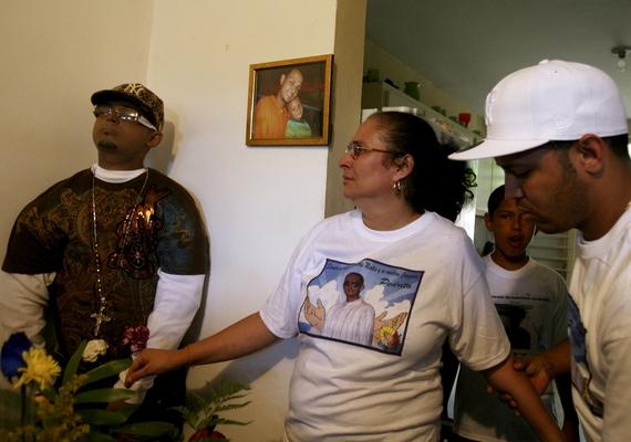 Még ennél is elképesztőbb az a család, akik elhunyt szerettük,Angel Pantoja Medina testét felöltöztetve a sarokba állították, mert állítólag ez volt a fiú kérése.