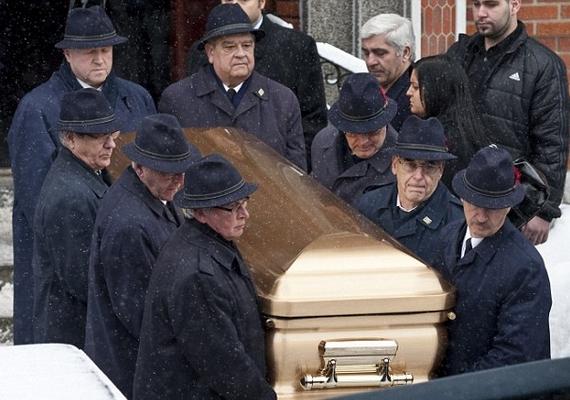 A hírhedt montreali maffiafőnök, Vito Rizzuto fiát 42 éves korában ölték meg. Nicky Rizuttót egy nagy aranykoporsóban helyezték örök nyugalomra.