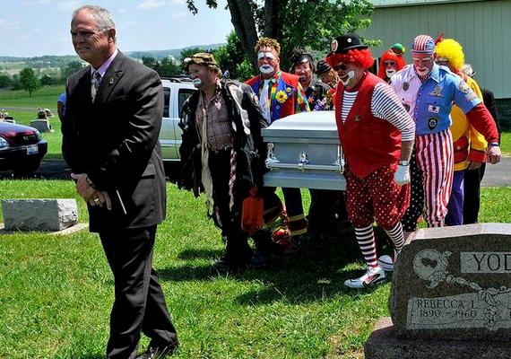 Társai kísérték utolsó útjára a 79 éves korában elhunyt Norman Thompson bohócot.