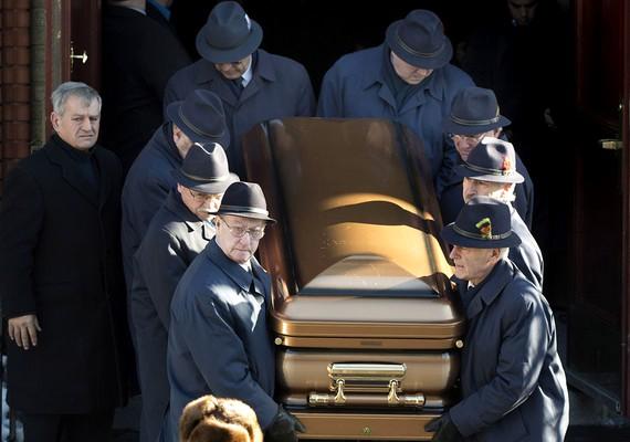Később, néhány hónappal ezelőtt Vitót is fiához hasonlóan temették el.