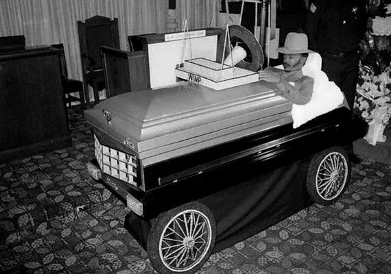 Willie M. Wimp Stokes Jr. testét a családja kérésére egy nyitott Cadillac-koporsóban helyezték el.