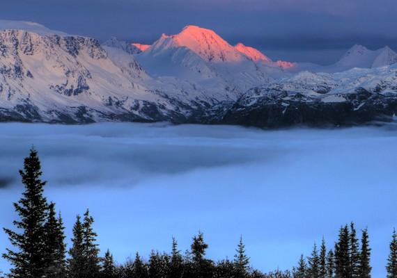 Ezt az Alaszkában található hegycsúcsot minden egyes naplementekor rózsaszínes-narancssárgásra színezik a sugarak.