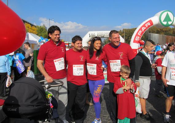 A versenyen több közéleti személyiség is részt vett. Deutsch Tamáson kívül Hajdú Péter, Sarka Kata és Németh Kristóf is kiállt a fogyatékos gyerekek mellett.