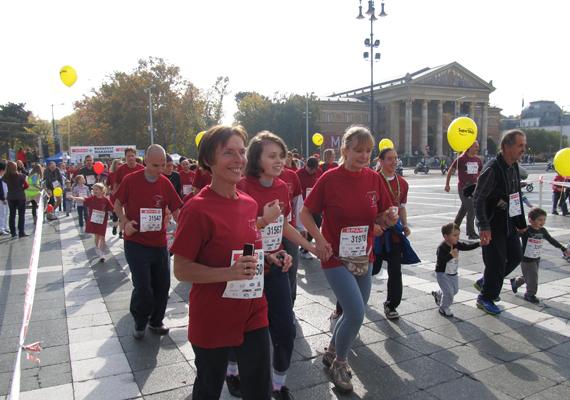 A SPAR Maraton hatszáz méteres távján 50 fogyatékos diák futott együtt ép társaival.