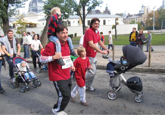 A május óta ötgyermekes Deutsch Tamás is elment a futásra kisgyerekével együtt.