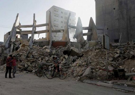 Bár a gázai emberek egy része kedd este az utcán ünnepelte a tűzszünetet, sokaknak nincs okuk a vidámságra. Rengetegen vesztették el szeretteiket, még többen pedig arra tértek haza egy légitámadás után, hogy otthonukat földi rombolta egy rakéta.