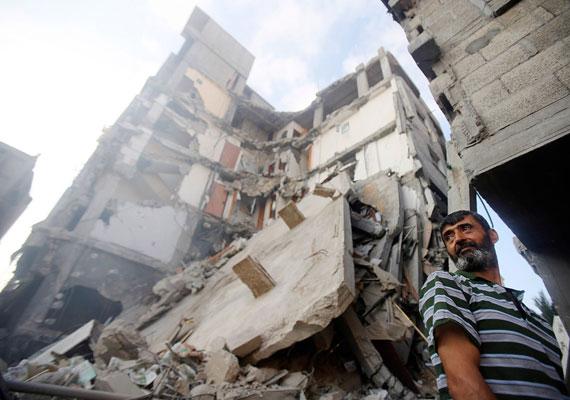Tanácstalan férfi otthona előtt, mely egy rakétatámadás után vált lakhatatlanná.