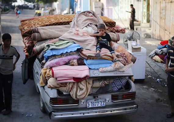 Hajléktalanná vált emberek mentik értékeiket egyetlen autójukon. A konfliktus kitörése óta több ezer otthon vált lakhatatlanná, egyes adatok szerint pedig ötszázezer ember lett hajléktalan.