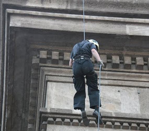 A Hivatásos Tűzoltók Független Szakszervezetének elnöke az alagút tetejéről kötélen ereszkedett le a Clark Ádám térre, ezzel szimbolizálva, hogy megkezdődött a partraszállásnapi tüntetéssorozat.