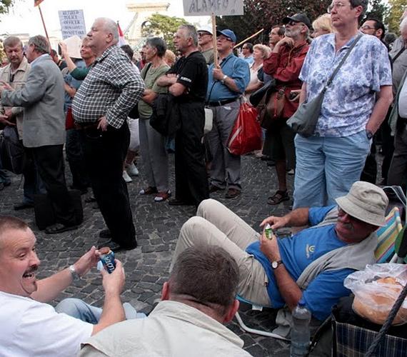 Ülősztrájk a Clark Ádám téren.